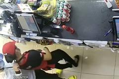 Kề dao vào cổ nữ nhân viên cửa hàng tiện lợi để cướp tiền