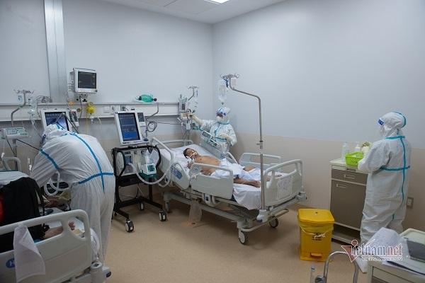 Tiếc đồ bảo hộ, nhân viên y tế tận dụng đến 'cực hạn'