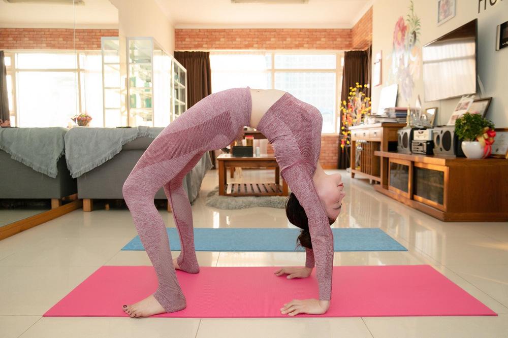 Trà Ngọc Hằng tập Yoga giữ eo 59 cm những ngày giãn cách