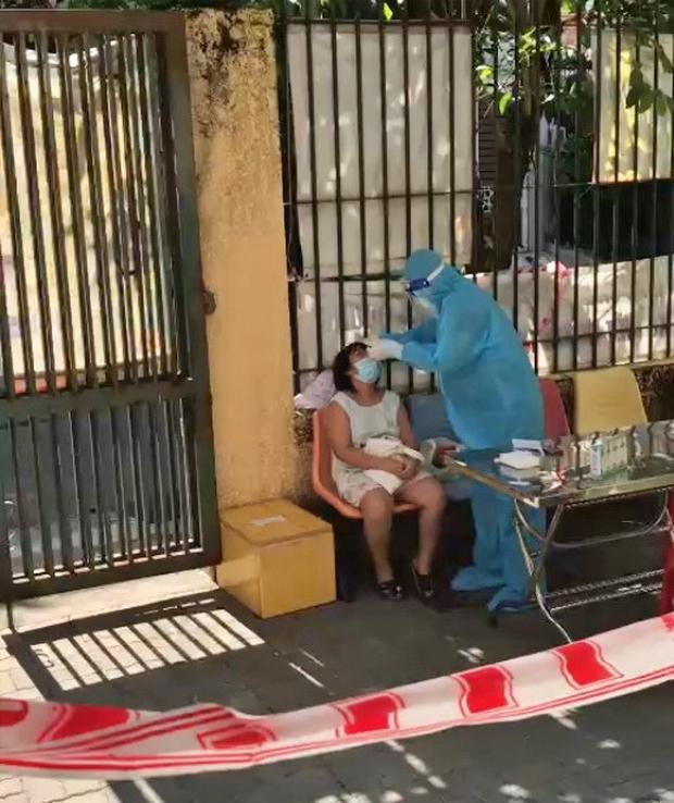 Bé gái khóc nấc, xin bác sĩ 'cho mẹ thở oxy' nhưng không kịp