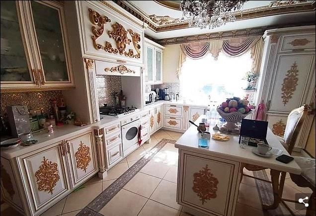 Quan tham Nga sống xa hoa, nhà có bồn cầu bằng vàng