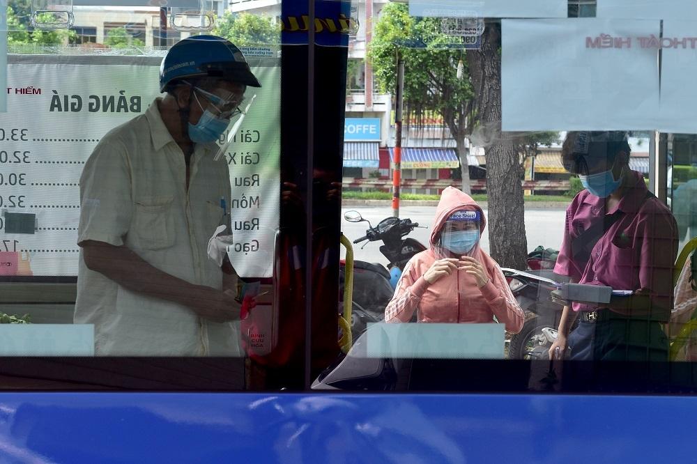 Xe buýt biến thành cửa hàng rau củ đầy ắp cho người dân TP.HCM