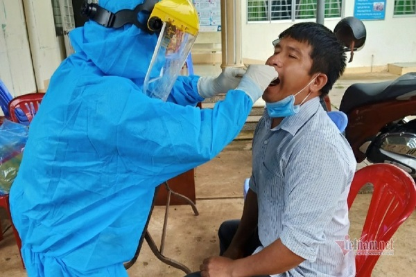 Khen thưởng nhân viên y tế kịp thời phát hiện F0, chặn chuỗi lây nhiễm