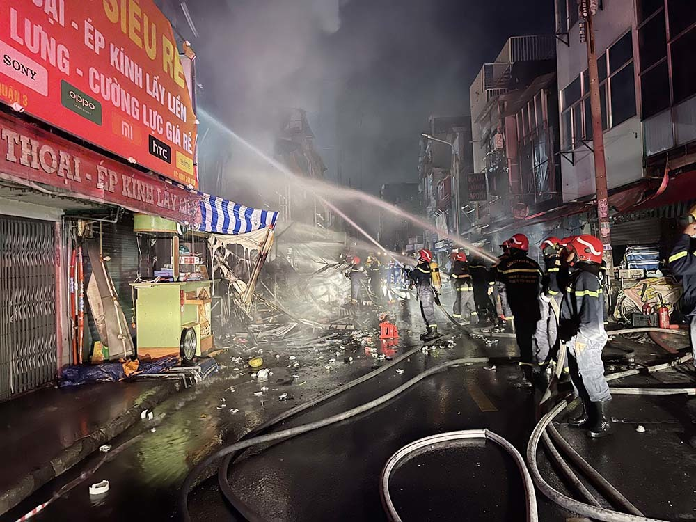 Khởi tố kẻ say xỉn, đốt quần áo gây cháy lớn ở TP.HCM