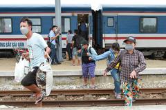 Gia đình trong câu chuyện 'đi xe đạp về quê' gửi lời cảm ơn khi về tới ga Vinh