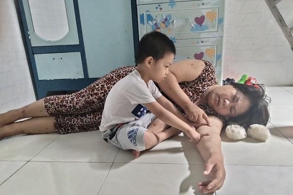 Goá phụ nghèo bệnh thận chăm hai con 'kẹt cứng' giữa mùa dịch