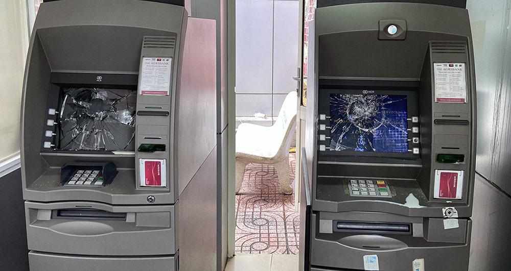 Thanh niên đập nát màn hình 2 máy ATM vì 'không nhận thẻ'