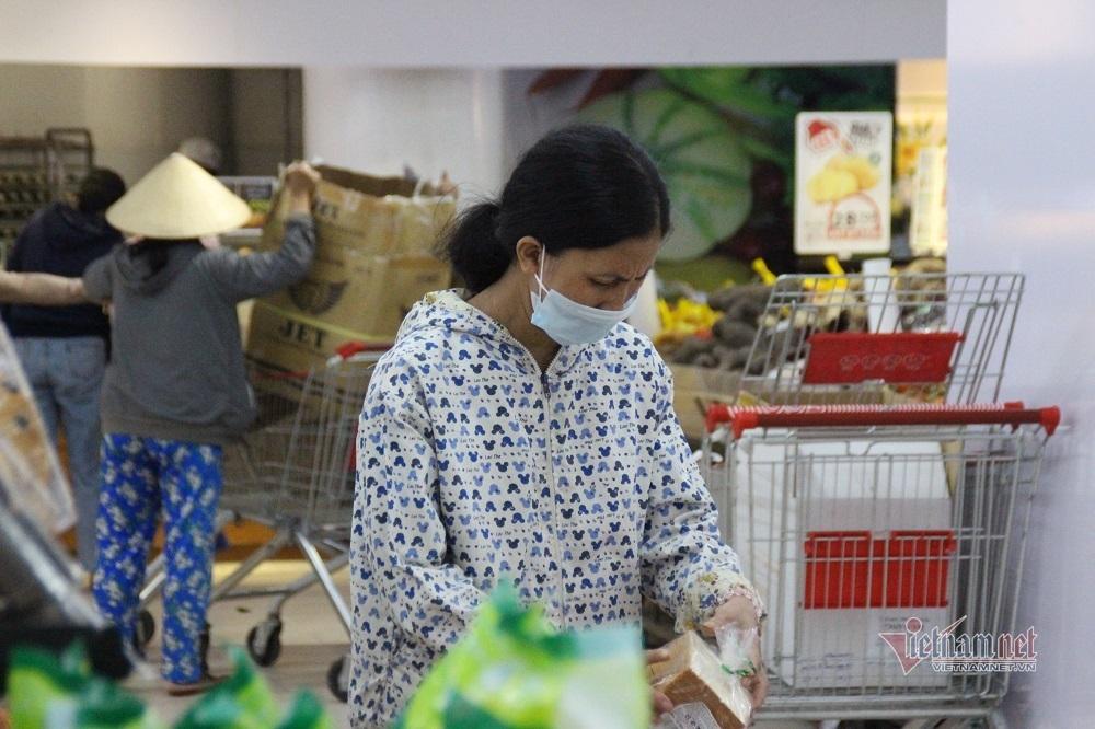 Đường phố Đà Nẵng vắng tênh, hàng loạt cửa hàng phủ bạt ngày đầu giãn cách