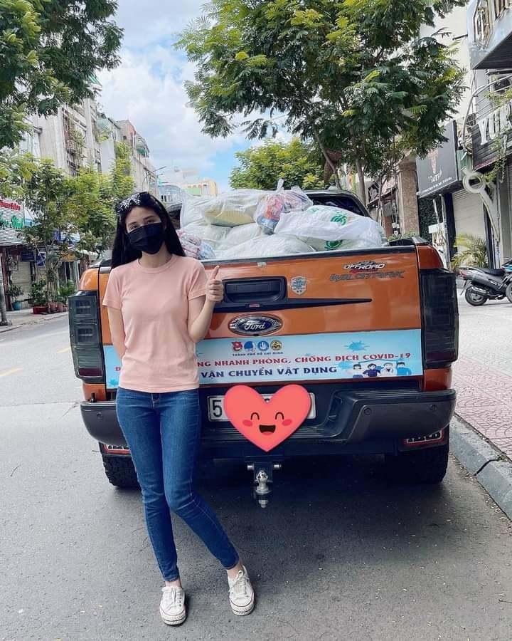 Theo chân cô gái Sài Gòn vào sát điểm phong tỏa tặng quà người nghèo
