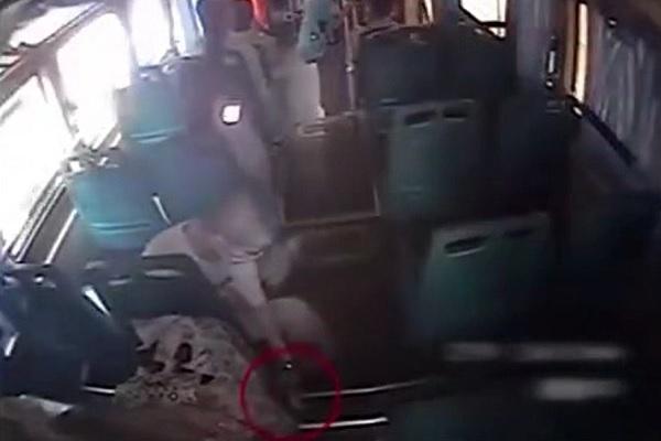 Ngủ quên trên xe buýt, cô gái tỉnh dậy chợt phát hiện cảnh tượng kinh hoàng