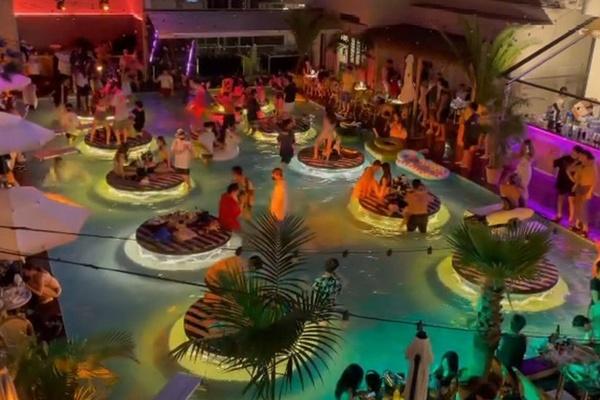 Tiệc bể bơi chật cứng người bất chấp Covid-19 ở Hàn Quốc