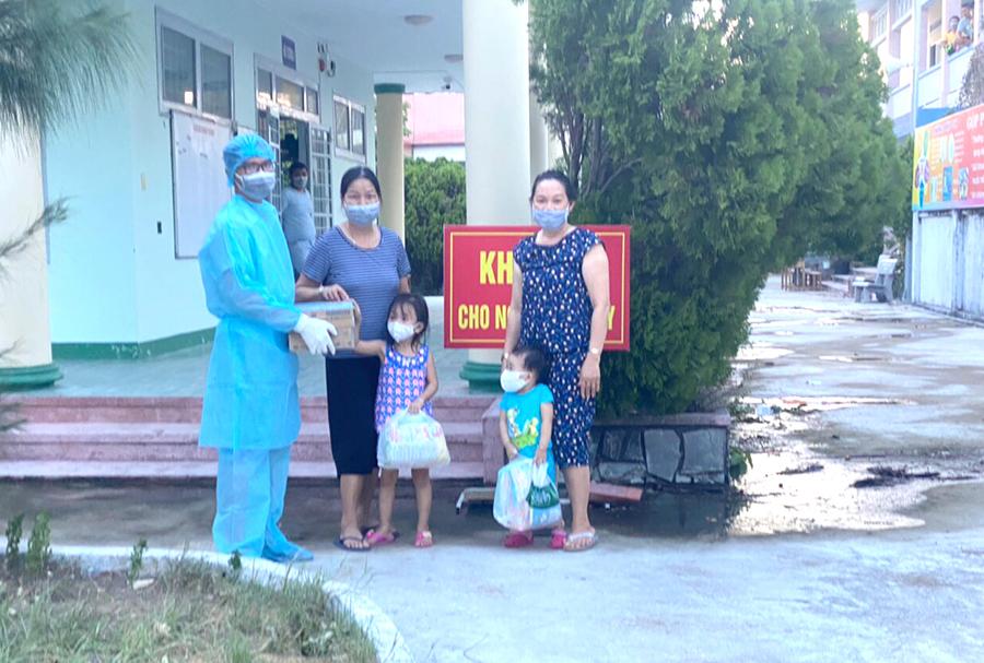 Mâm cỗ, mớ rau treo trước nhà tặng nhau của người Phú Yên ngày dịch