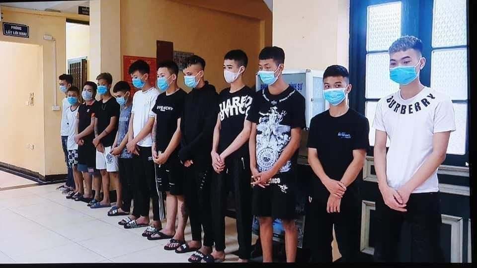 Hẹn đánh nhau qua Facebook, nhóm thiếu niên cầm hung khí diễu phố ở Hà Nội