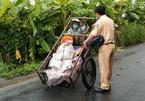 Thiếu tá CSGT góp tiền giúp bà cụ nhặt ve chai để nuôi con bị liệt