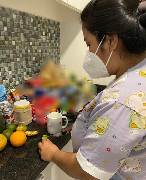 Nữ điều dưỡng F0 hỗ trợ bệnh nhân Covid-19 ngay tại nơi điều trị