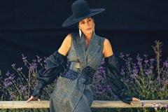 Cindy Crawford sang chảnh trên bìa tạp chí ở tuổi 55