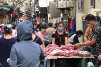Từ sáng sớm, các khu chợ ở Hà Nội đã đông nghẹt người mua hàng