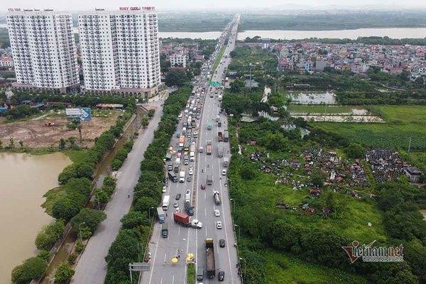 Hàng nghìn xe nối đuôi quay đầu, cầu Phù Đổng tắc dài nhiều km