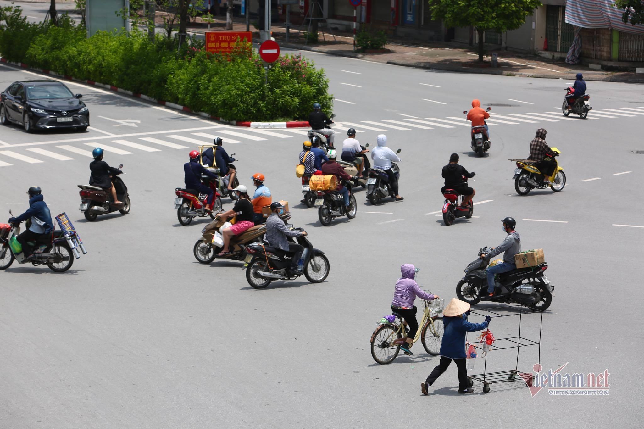 Ngày đầu Hà Nội giãn cách, sáng vắng lặng, trưa lại đông xe