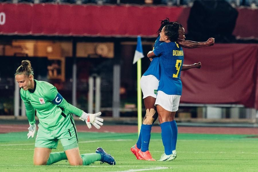 Brazil và Hà Lan chia điểm sau màn rượt đuổi siêu kịch tính