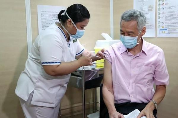Thủ tướng Singapore kêu gọi tiêm vắc xin Covid-19, Malaysia định nới lỏng hạn chế