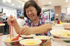 Cố ăn 10 bát mì trước khi cửa hàng đóng vì dịch ở Singapore