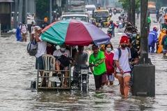 Thủ đô Philippines chìm trong nước, hàng nghìn người rời bỏ nhà cửa