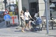 Eriksen lần đầu đi dạo cùng vợ con sau sự cố ngừng tim