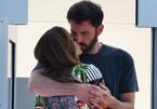 Jennifer Lopez hôn Ben Affleck cuồng nhiệt trên du thuyền