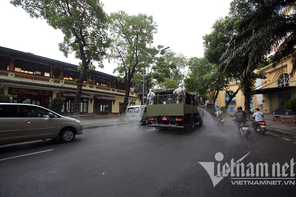 Hà Nội phun khử khuẩn quanh hồ Gươm và 10 phường phố cổ