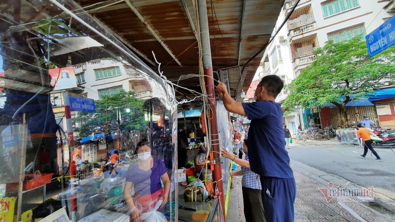 Chợ đầu tiên ở Hà Nội dùng tấm chắn nilon phòng Covid-19