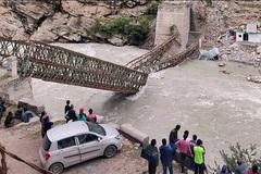 Khoảnh khắc lở đất đánh sập cầu ở Ấn Độ, nhiều người tử nạn