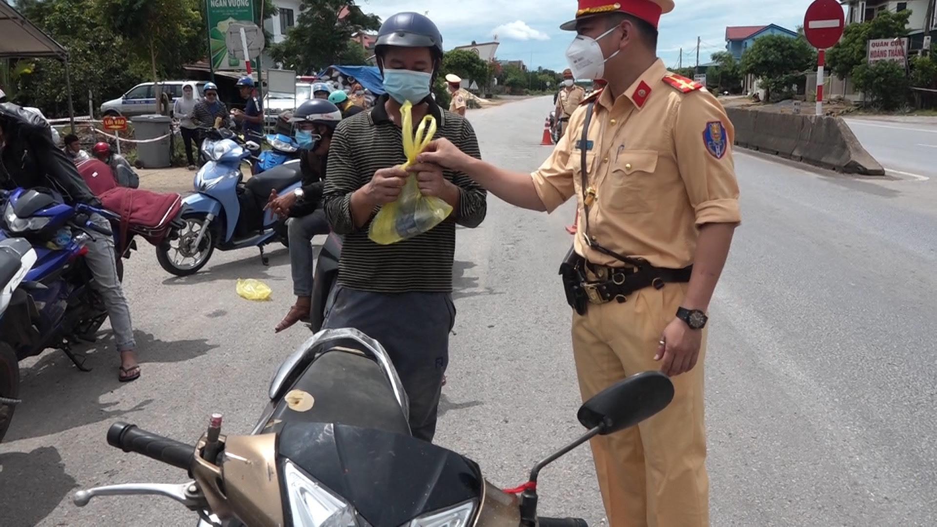 GĐ Công an kể chuyện tiếp sức trăm người đi xe máy từ TP.HCM về quê tránh dịch