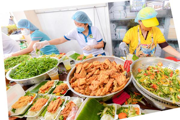 'Bữa cơm yêu thương' ở tâm dịch TP.HCM