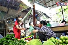Chợ 'quây nilong' phòng Covid-19 độc đáo tại Hà Nội