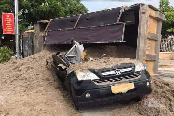 Xe tải lật đè, tài xế ô tô bới cát chui ra