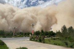 Bão cát cao cả trăm mét, hung hãn như quái vật tấn công thành phố Trung Quốc