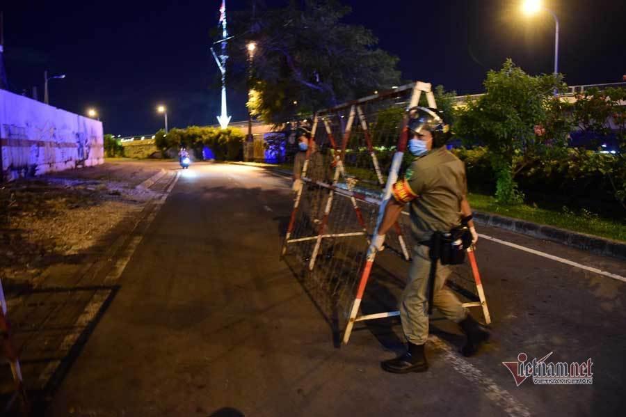 TP.HCM tối đầu tiên hạn chế ra đường sau 18h
