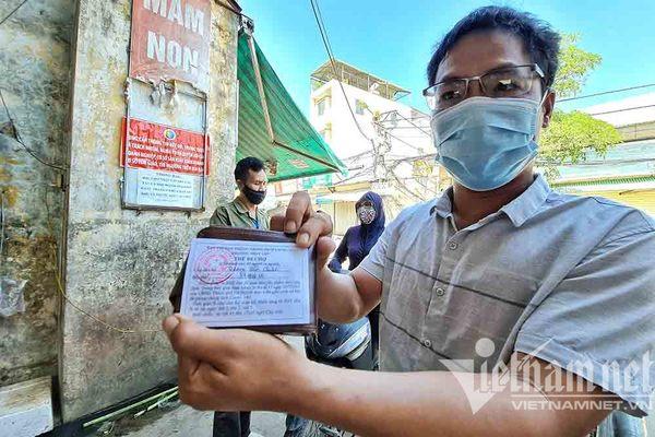 Bên trong khu chợ đầu tiên người dân phải xuất trình thẻ ở Hà Nội