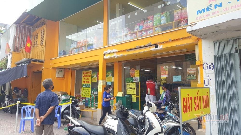 Cầm phiếu đi chợ, dân TP.HCM xếp hàng chờ mua thực phẩm