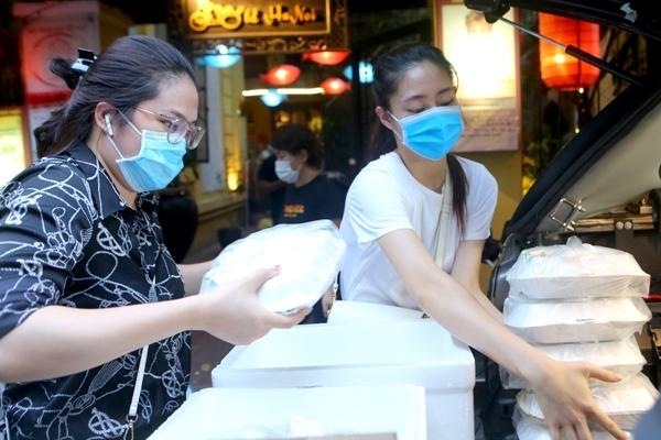 Đỗ Mỹ Linh, Lương Thùy Linh, Đỗ Hà phát 400 suất cơm từ thiện