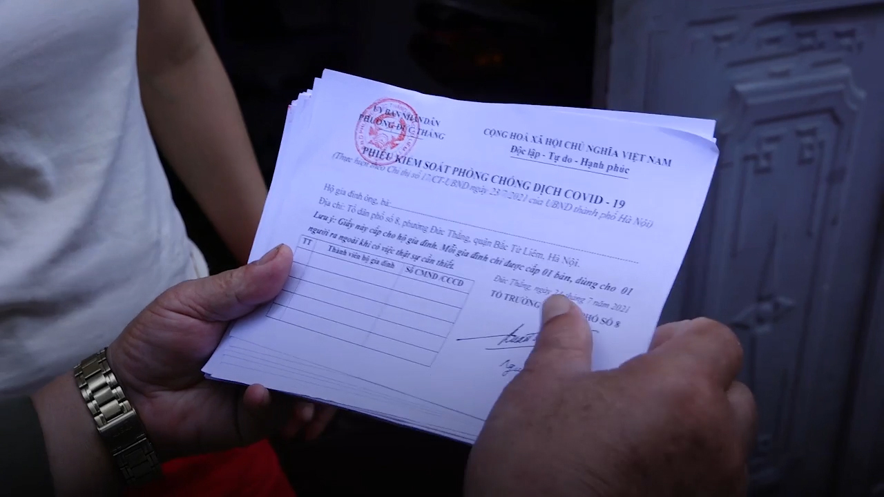 Hà Nội có phường đầu tiên phát 'phiếu ra đường' cho người dân