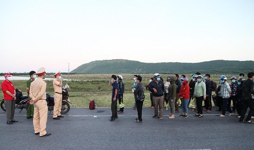 Tiếp tế đồ ăn, bố trí xe dẫn đoàn người đi xe máy từ vùng dịch rời Hà Tĩnh an toàn