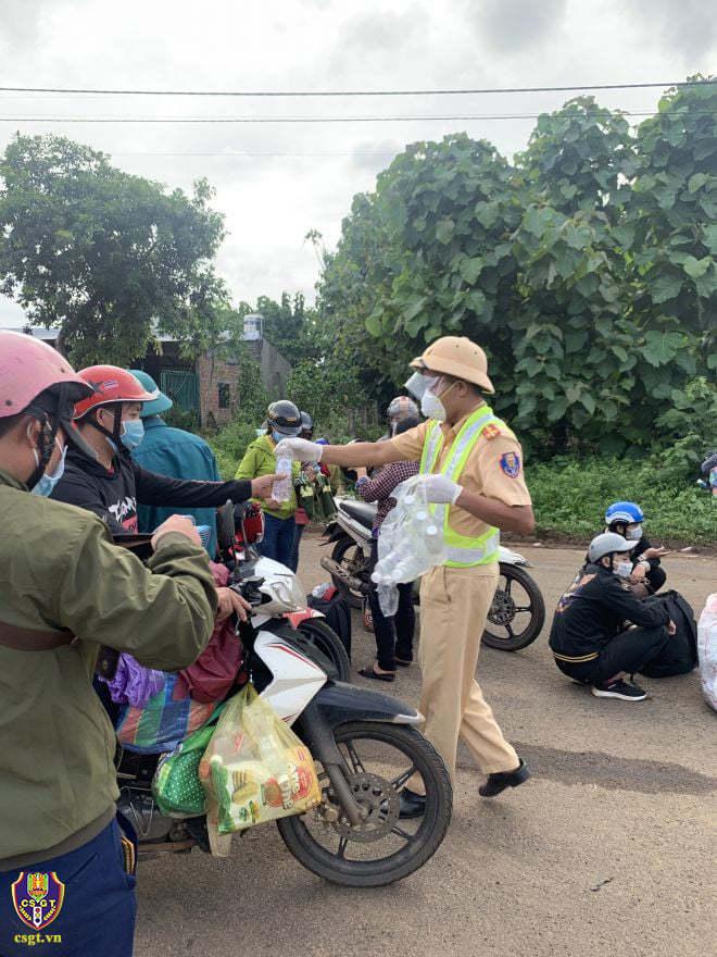 Cảnh sát dẫn đường, phát xăng cho người dân về quê chống dịch
