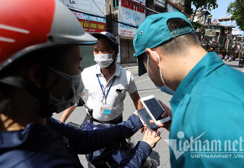 Cảnh sát gọi điện xác minh lý do ra đường của người dân ở Hà Nội