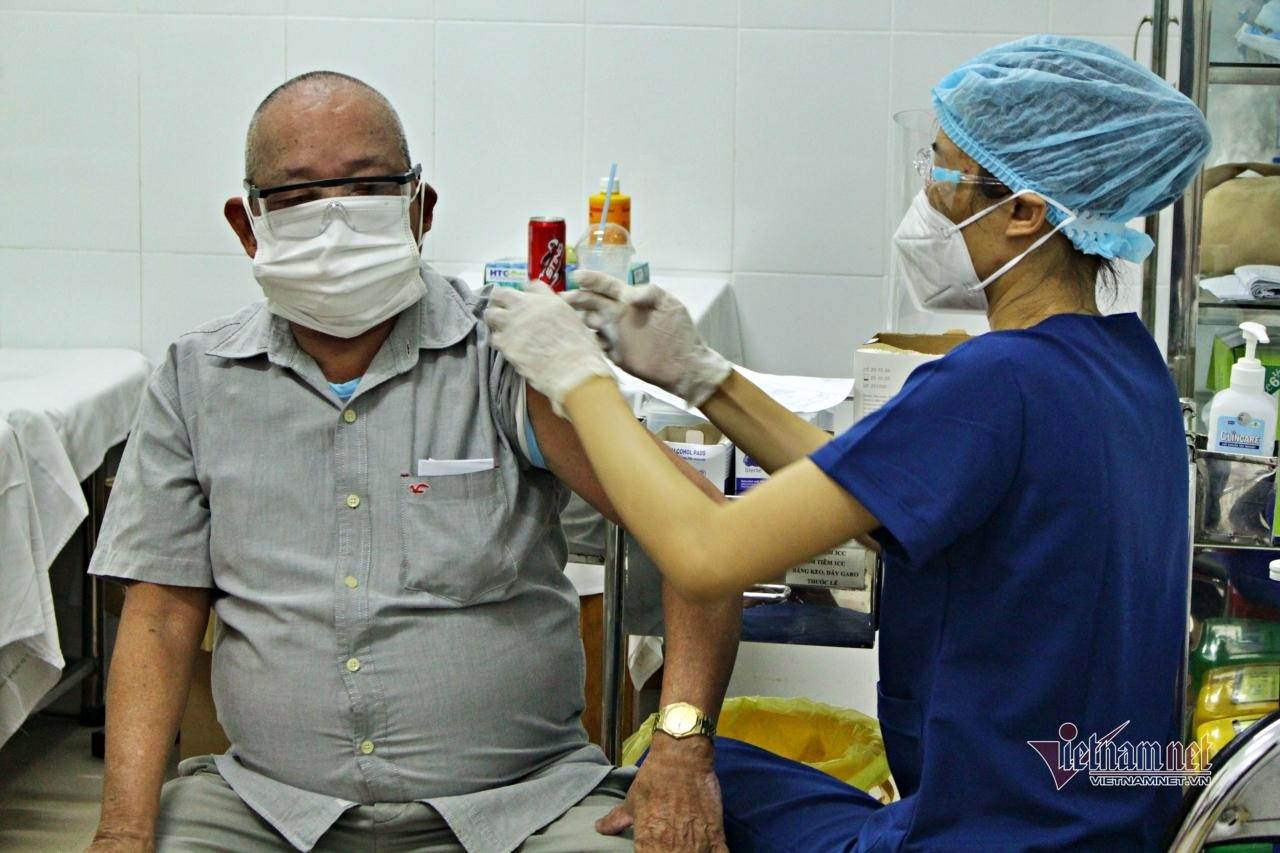 Người cao tuổi, nhiều bệnh nền ở TP.HCM vui mừng vì được tiêm vắc xin phòng Covid-19