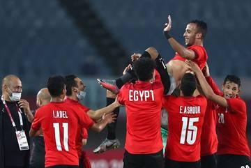 Ai Cập lách qua khe cửa hẹp, đoạt vé tứ kết từ tay đàn em Messi
