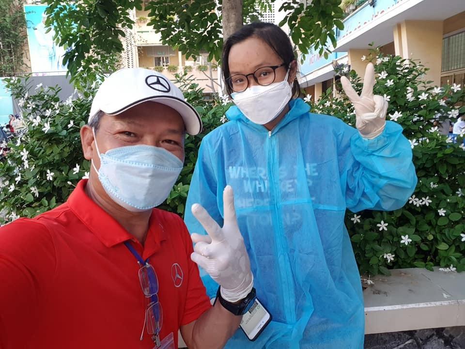 Nữ sinh Sài Gòn theo bố đi chống dịch
