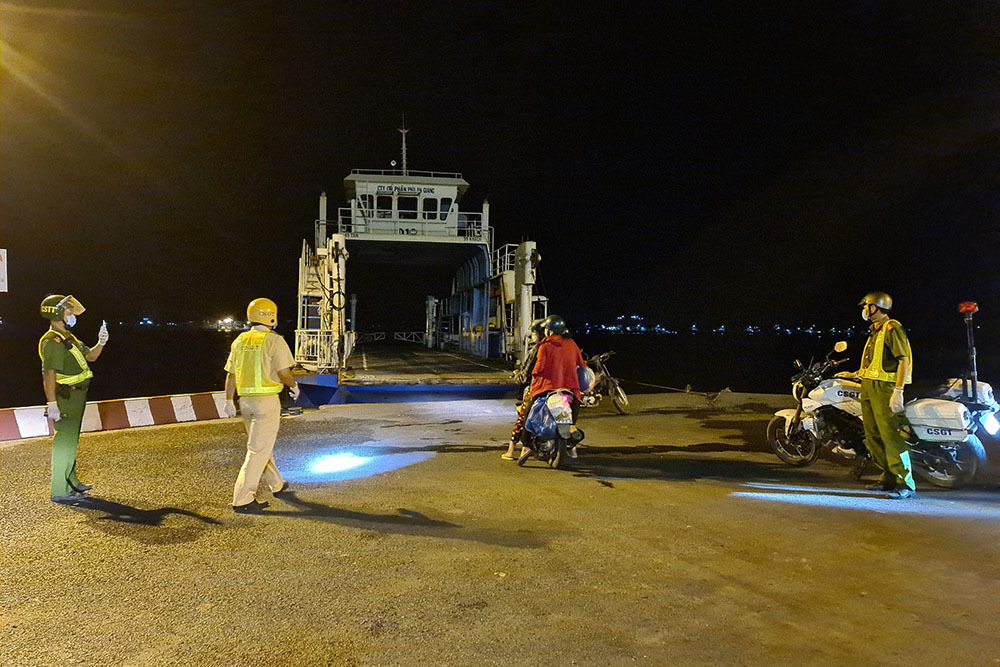 Hai người phụ nữ chở theo con lỡ chuyến phà đêm được công an giúp đỡ