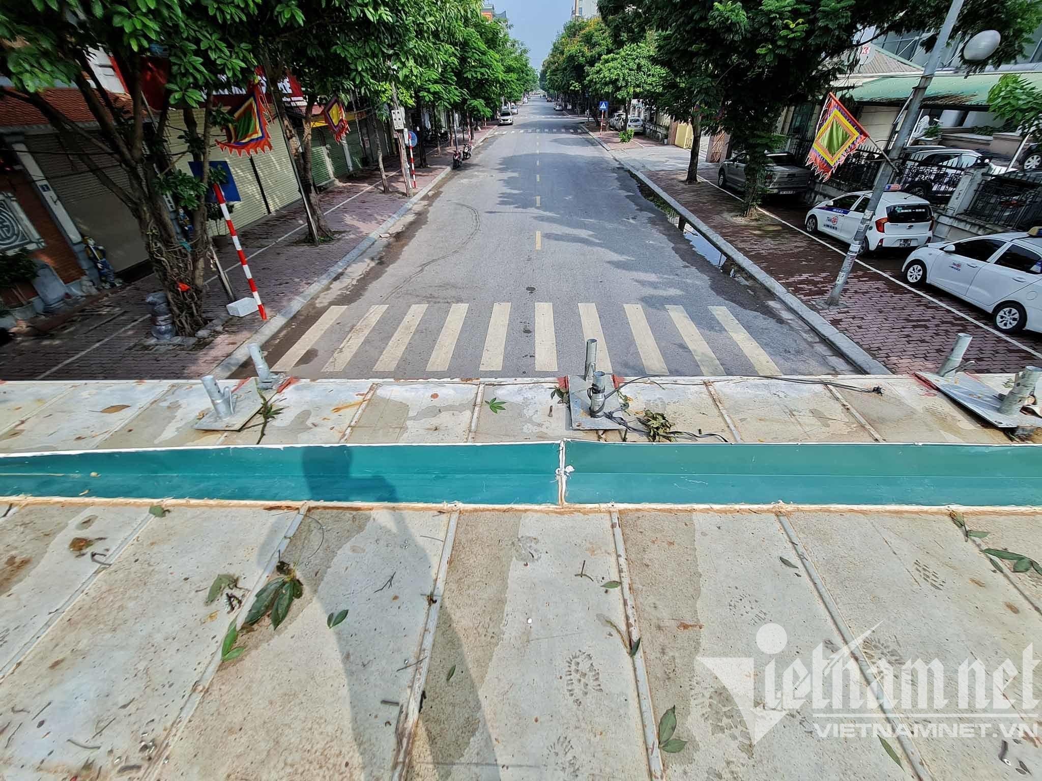 Điều xe tải, dựng container chặn cứng lối ra vào phường ở Hà Nội
